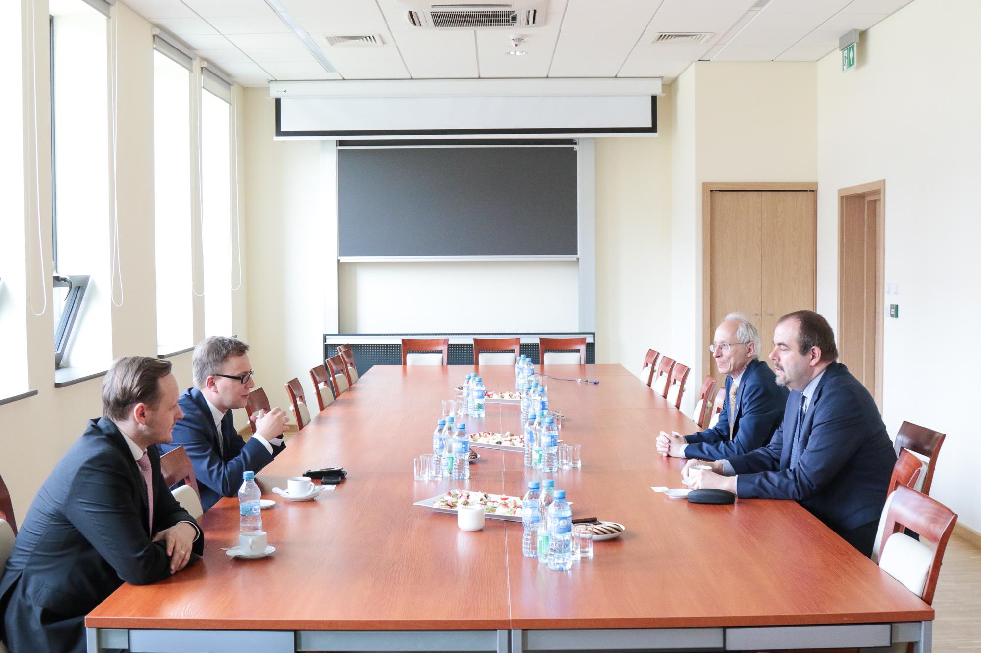 Czterech mężczyzn siedzi przy stole