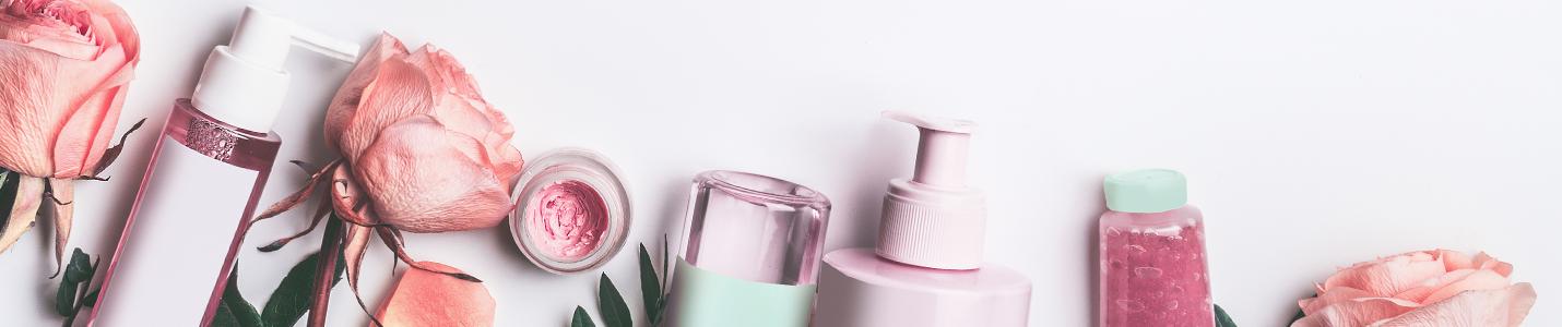 Zdjęcie przedstawiające buteleczki i opakowania różnych kosmetyków