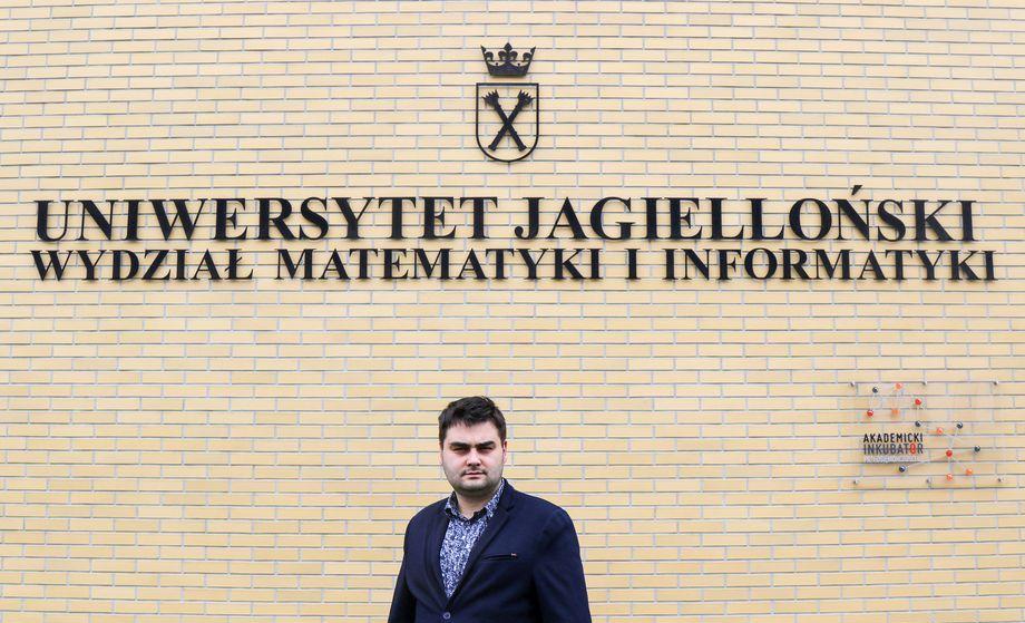 dr Krzystof Misztal na tle Wydziału Matematyki i Informatyki UJ