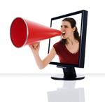 Kobieta z megafonem w ekranie monitora